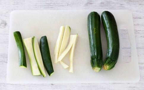 Preparazione Linguine al pesto di zucchine mandorle e menta - Fase 1
