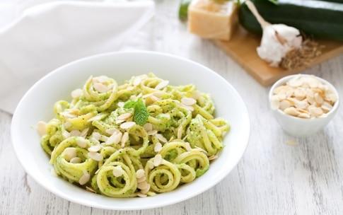 Preparazione Linguine al pesto di zucchine mandorle e menta - Fase 3
