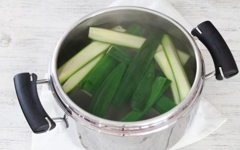 Preparazione Linguine al pesto di zucchine mandorle e menta - Fase 2