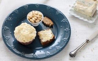 Burro composto al formaggio e mandorle