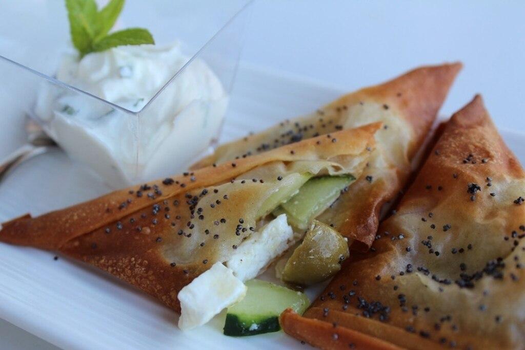 Triangoli croccanti con feta cetrioli e olive