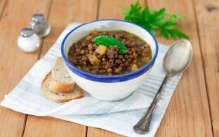 Zuppa di roveja con zucca, salsiccia e cumino