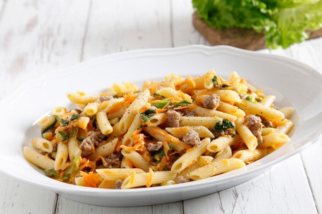 Penna alle briciole di salsiccia e insalata riccia