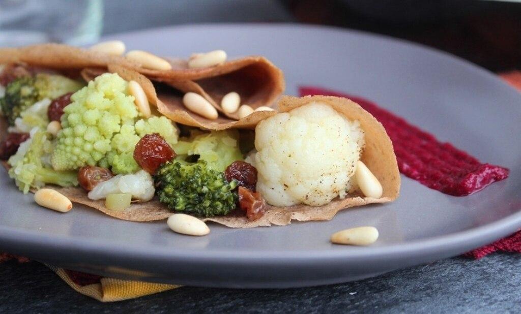 Crepes salate con broccoli e crema di barbabietole