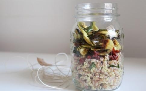 Preparazione Farro e miglio con pomodori, zucchine e semi di girasole nel barattolo - Fase 4