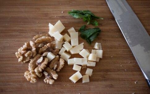 Preparazione Linguine integrali con pecorino e noci - Fase 1