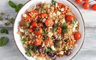 Insalata di farro, pomodori, olive e pecorino