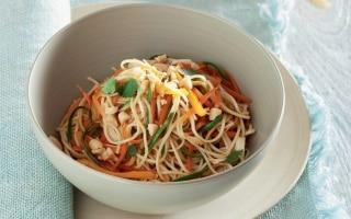 Noodles con verdurine estive saltate in...