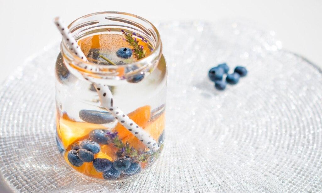 Acqua aromatizzata alle albicocche, mirtilli e lavanda