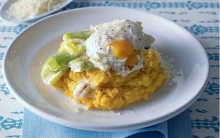 Polenta con porri gratinati e uova in camicia