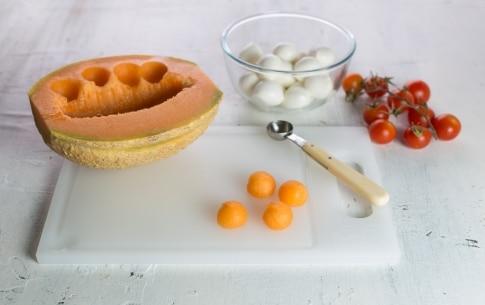 Preparazione Caprese con melone - Fase 1