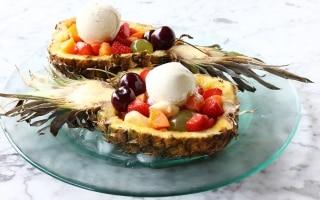 Macedonia di frutta nell'ananas
