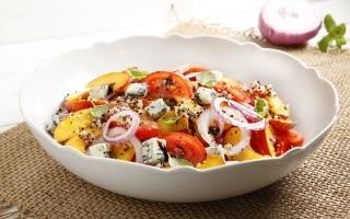 Insalata di pomodori e pesche