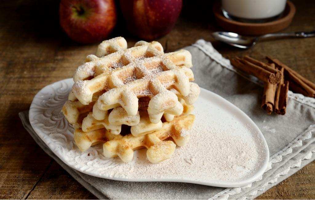 Waffle con mele e cannella