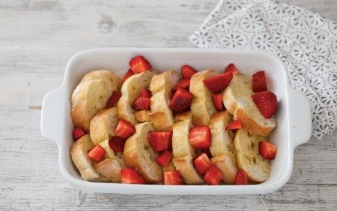 Preparazione French toast con pane e fragole - Fase 3