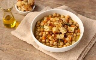 Zuppa di ceci e cipollotti con crostini di...