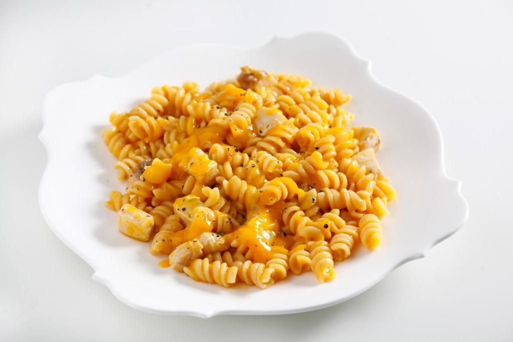 Pasta con salsa al mango, sgombro scottato e salicornia
