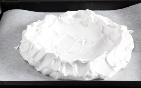 Preparazione Pavlova panna fragole e pitaya - Fase 880154515