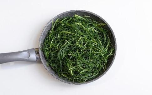 Preparazione Agretti in padella con pomodori secchi e olive - Fase 1