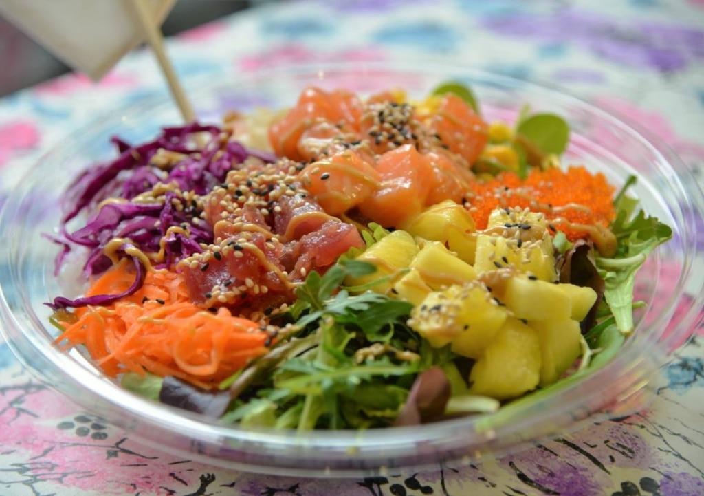 il poke, l'insalata di pesce che arriva dalle Hawaii