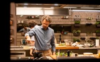 Nella sua cucina, Carlo Cracco torna in...