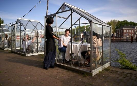 Un tavolo per due in una mini serra. L'idea creativa che arriva dall'Olanda