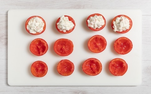 Preparazione Pomodori ripieni di insalata russa - Fase 2
