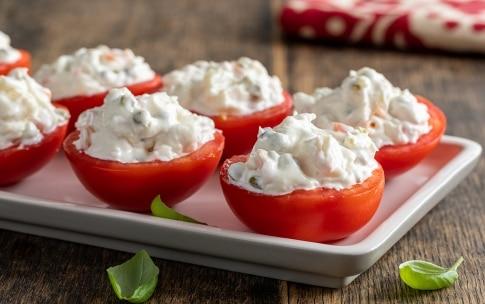 Preparazione Pomodori ripieni di insalata russa - Fase 3