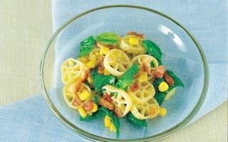 Ruote al mais, pancetta e spinaci novelli