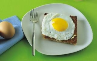 Uova fritte su pancarrè dorato e burro...
