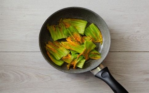 Preparazione Crêpes agli asparagi e fiori di zucca - Fase 3