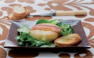 Formaggella, pancetta e insalatina