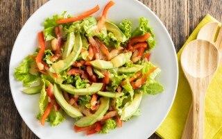 Insalata di lattuga avocado e peperoni