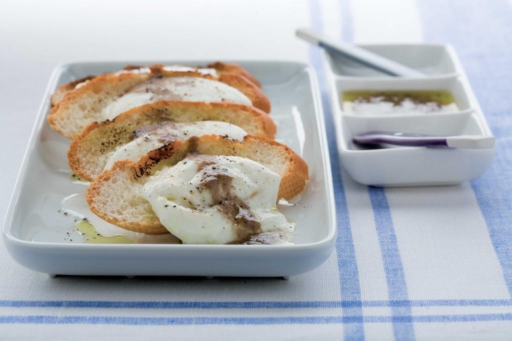 Pane, provatura e salsa d'acciughe