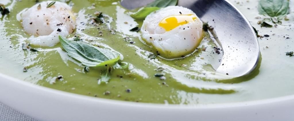 Crema di piselli con uova di quaglia