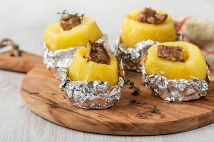Patate con salsiccia al cartoccio