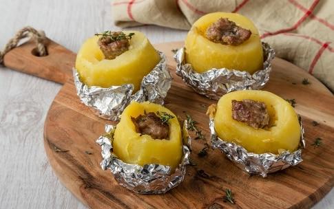 Preparazione Patate con salsiccia al cartoccio - Fase 3