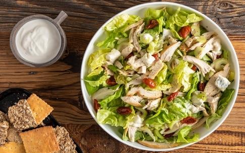 Preparazione Insalata di pollo con sedano, pomodori secchi e gorgonzola - Fase 3
