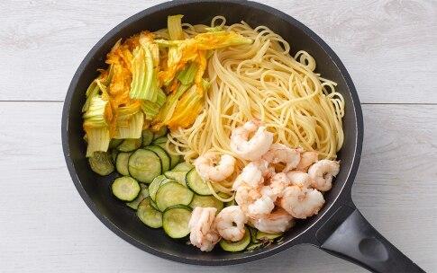 Preparazione Spaghetti con gamberi e fiori di zucca - Fase 2