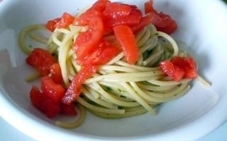 Spaghetti alle acciughe e pomodoro