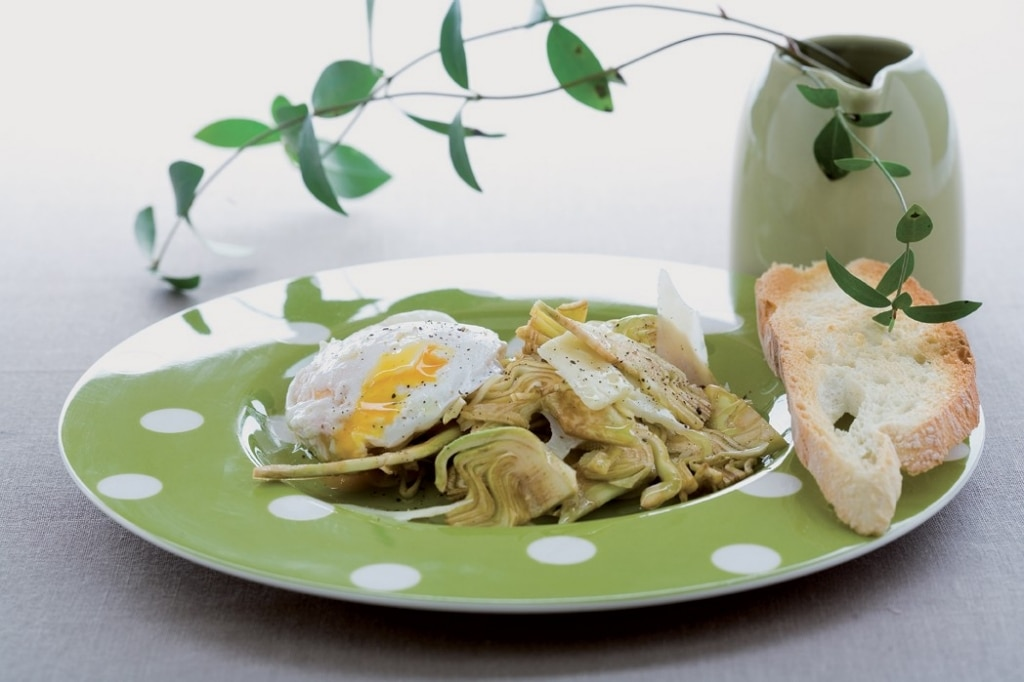 Uova all'olio tartufato, cuori di carciofo, parmigiano