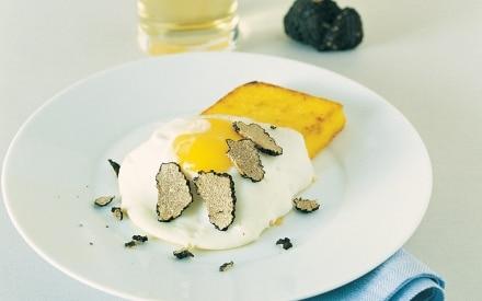 Uova fritte con polenta e tartufo