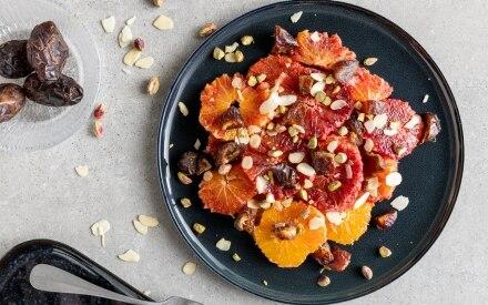 Insalata veloce con arance, datteri e pistacchi