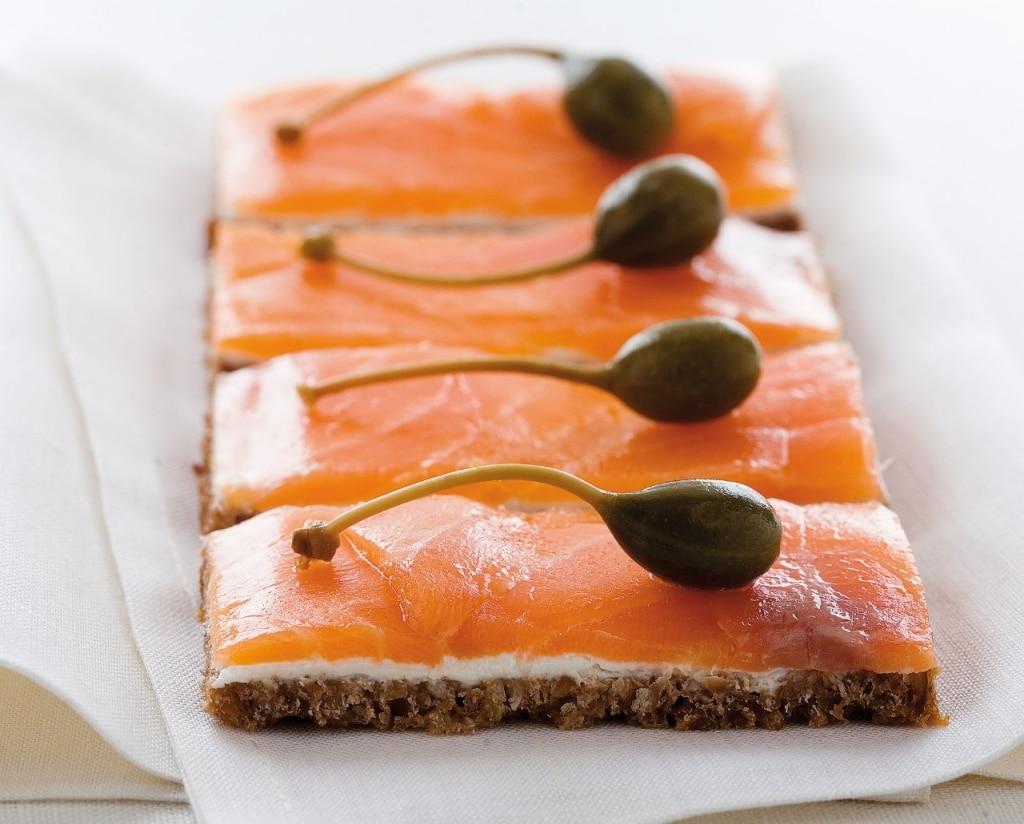 Tartine di salmone affumicato e petit suisse su pane nero
