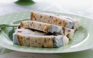 Terrina ai due formaggi con pane ai cereali