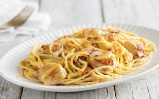 Spaghetti con capesante e pancetta affumicata