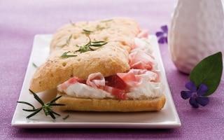 Focaccia al rosmarino con pancetta affumicata