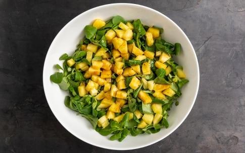 Preparazione Insalata di ananas, valerianella e pinoli - Fase 2