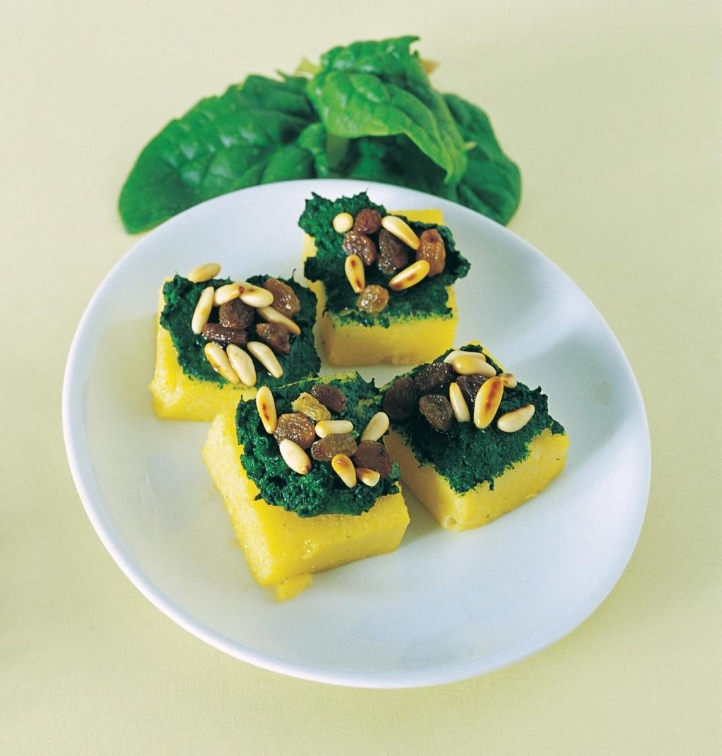 Crostoni di polenta agli spinaci e uva sultanina