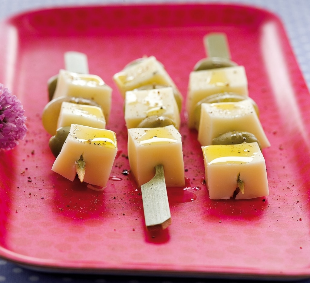 Spadini di pecorino dolce, uva e olive verdi